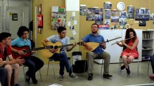 Türgi noored oma rahvaviisi lauldes